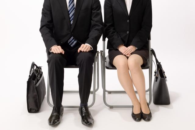 内定式における新入社員が不安な様子